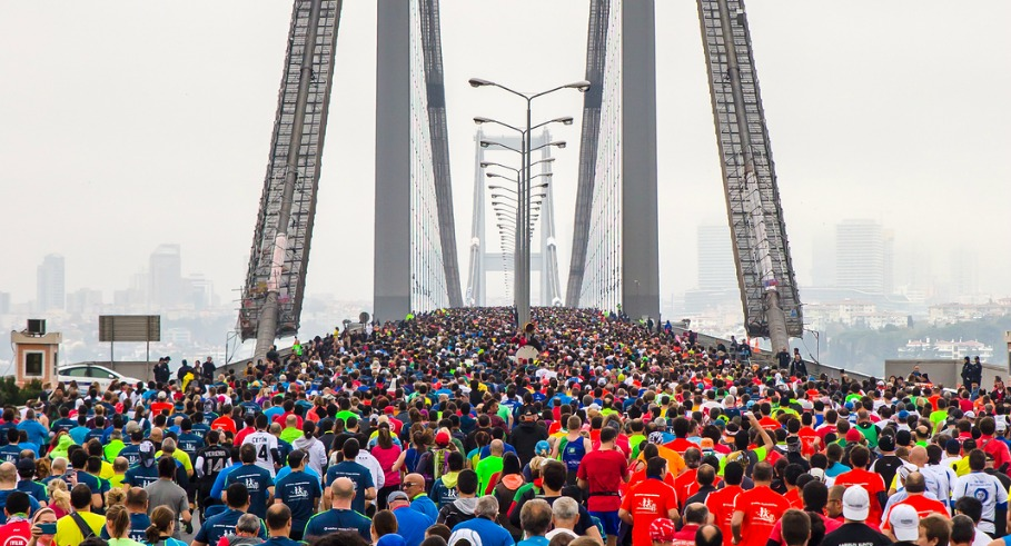 16.11.2014: participants run a marathon on the Bosphorus Bridge at the marathon in Istanbul 16.11.2014